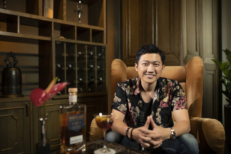 Nguyễn Duy Hiếu chia sẻ về niềm đam mê đồng hồ tại Mortlach whisky boutique, Sofitel Saigon Plaza. Ảnh: RABHUU STUDIO